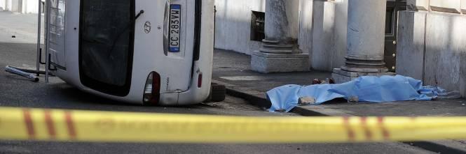Roma, furgone travolge i passanti: morta una donna 1