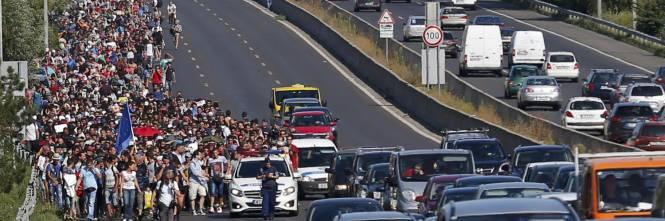 La marcia a piedi dei profughi 1