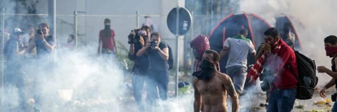 Scontri con i migranti al confine ungherese 7