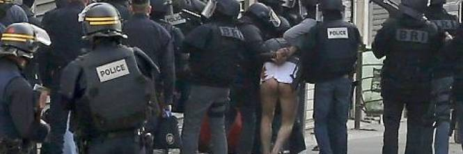 Parigi, terrorista arrestato e denudato 1