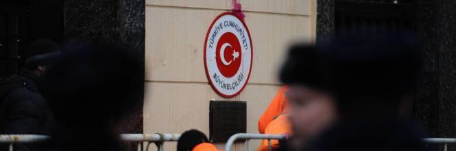 Mosca, sassi e uova contro l'ambasciata turca 1