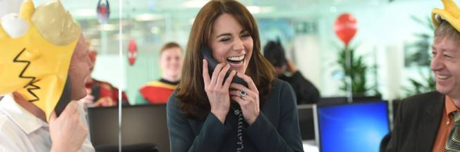 """Kate Middleton """"flirta"""" al telefono. A fin di bene 1"""