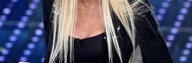 """Virginia Raffaele si """"trasforma"""" in Donatella Versace: le foto 1"""
