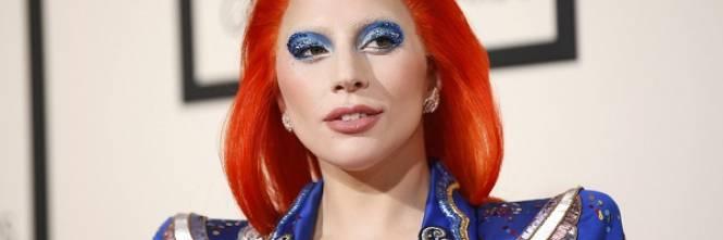 Lady Gaga: capelli rosso fuoco per i Grammy 2016. Foto 1