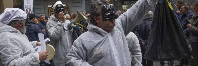 Le proteste alla convention di Bassolino 1