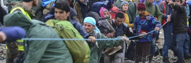 I migranti guadano il fiume tra Grecia e Macedonia 1