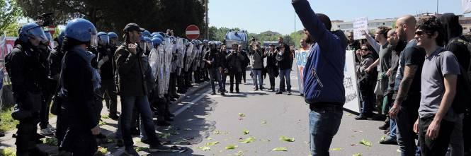 Antagonisti contro la polizia a Pisa 1