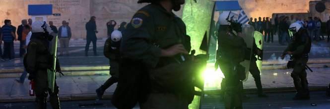 Grecia, scontri davanti al parlamento 1