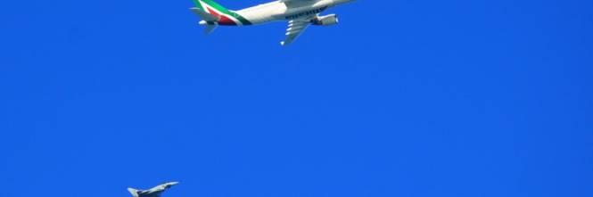 Aereo Di Linea Affiancato Da Caccia : Aereo non risponde paura in italia decollano due eurofighter