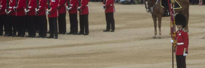 "Inghilterra: guardia reale inglese sviene durante il ""Trooping the Colour"" 1"