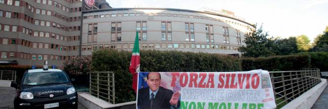 """""""Non mollare"""": l'abbraccio di tifosi e fan a Berlusconi 1"""