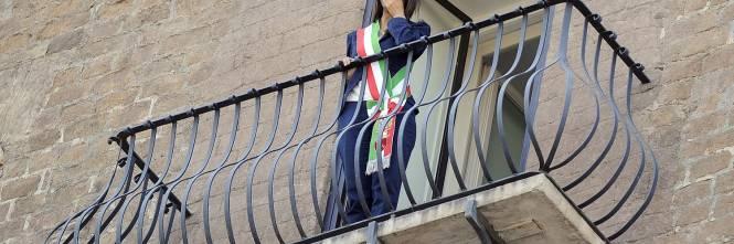 La Raggi si affaccia dal balcone del Campidoglio e si commuove 1