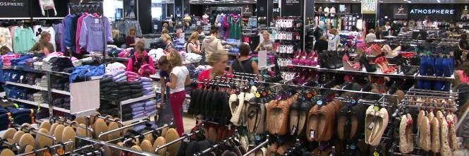f7eb876272 Ecco perché gli abiti dei negozi di Zara & co hanno prezzi così ...