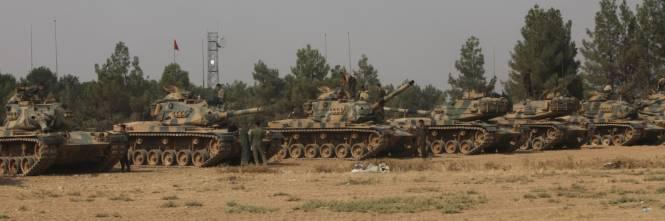 I carri armati turchi penetrano in Siria 1