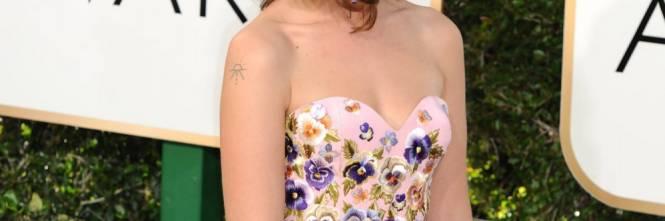 Lola Kirke ai Golden Globes 2017: dall'abito spuntano i peli sotto le ascelle 1