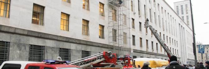 Milano, uomo minaccia il suicidio in tribunale 1