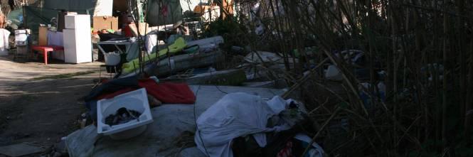 Le sponde del Tevere ospitano le baracche dei rom 1