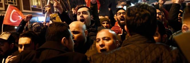 Amsterdam, scontri tra polizia e turchi 1
