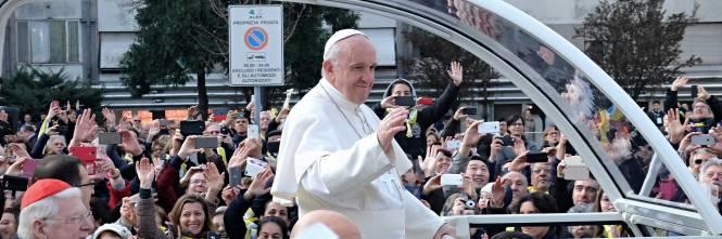 La visita di papa francesco a milano - Papa francesco divano ...