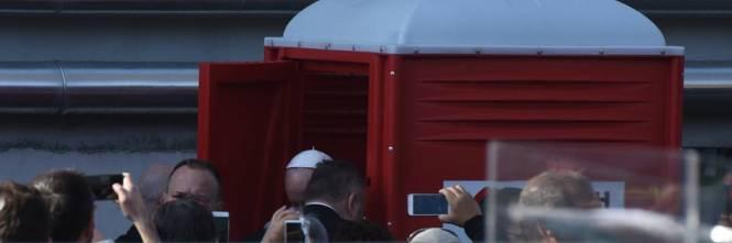 Tra bagno chimico e selfie la visita di papa francesco - Papa bagno chimico ...