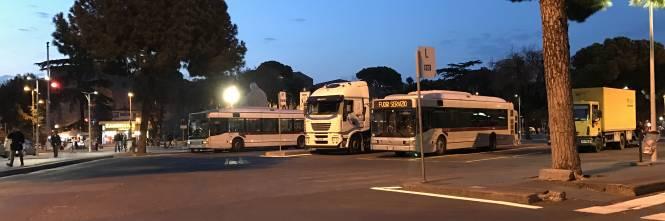 Roma un altro autobus in fiamme il quarto in meno di for Roma mobile atac