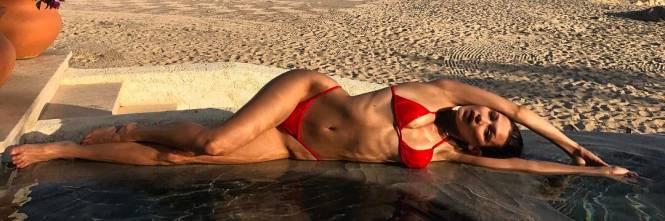 Bella Hadid sexy in bikini rosso 1
