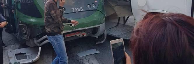 Milano, pullman si scontra con un tram 1