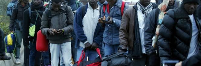 Risultati immagini per Centri di accoglienza sfruttano migranti nei campi della Sila: