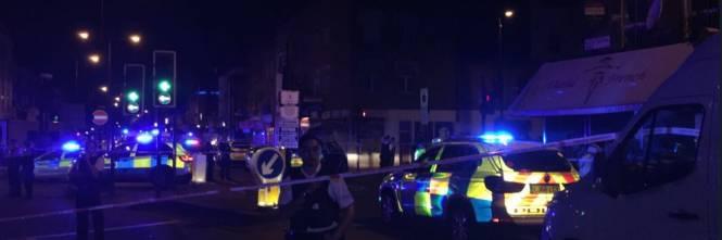 Londra, un van contro la folla: un morto e otto feriti 1