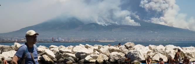 Le fiamme divampano sul Vesuvio 1