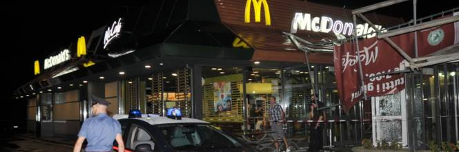 Crolla gazebo di McDonald's: un bimbo ferito 1