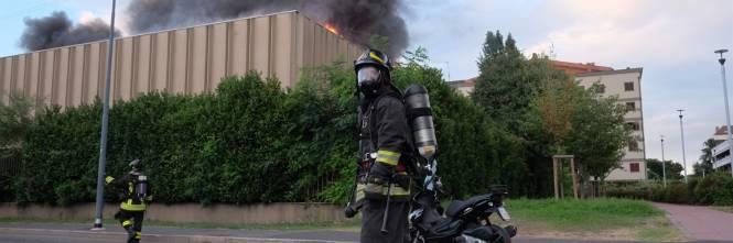 Milano, incendio in un deposito di rifiuti 1