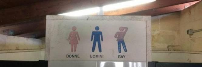 Schiavo del bagno gay maschio - Sesso in bagno pubblico ...
