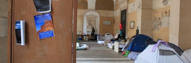 """Dentro la basilica """"occupata"""" dai movimenti per la casa 1"""