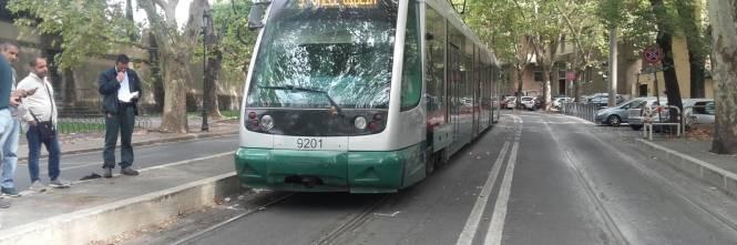 Roma, donna investita da un tram ai Parioli: estratta viva dai vigili del fuoco 4