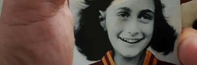 Le figurine di Anna Frank con la maglia della Roma 1