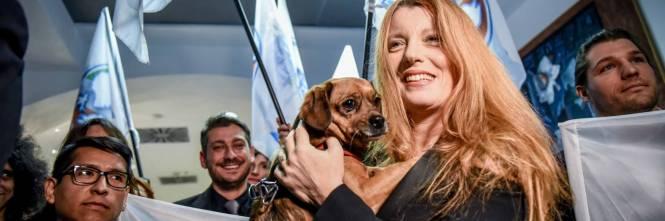 Il ddl della Brambilla: galera per chi mangia cani e gatti