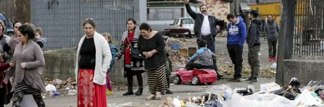 Torino, Salvini circondato dai bambini rom 1