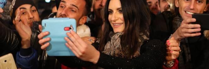 Laura Pausini canta con i fan fuori dall'Ariston 1
