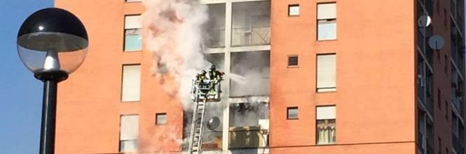 Milano, incendio a Quarto Oggiaro: brucia un palazzo 1