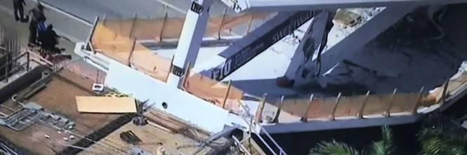 Miami, crolla ponte pedonale sulle auto 1