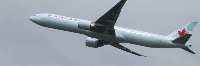 Passeggero puzza troppo e provoca malori a bordo: aereo atterra d ...