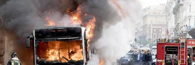Roma, autobus Atac a fuoco in via del Tritone 1