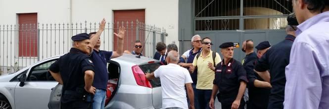 Lavoratori si incatena davanti la casa di Di Maio e si butta benzina addosso 1