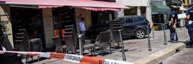 Milano, Suv si schianta contro un ristorante 1