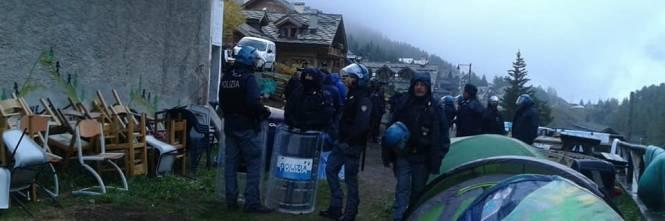 Il blitz delle forze dell'ordine nel rifugio autogestito che ospita i migranti 1