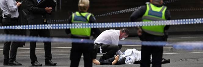 Terrore a Melbourne: fa esplodere l'auto e accoltella i passanti 1