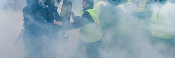 I gilet gialli assediano Parigi: ancora scontri con la polizia 1