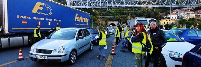 I gilet jaunes sconfinano in Italia e occupano la barriera dell'A10 a Ventimiglia 1