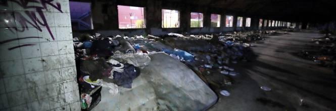 Roma, lo sgombero della fabbrica occupata da più di 500 migranti 1